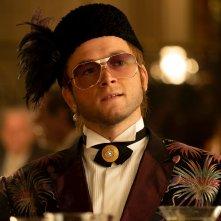 Rocketman: Taron Egerton con un altro costume impeccabile del film