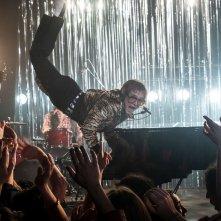 Rocketman: Taron Egerton è Elton John in una scena del film