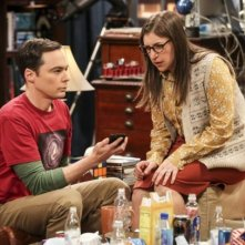 The Big Bang Theory: Mayim Bialik con Jim Parsons in una scena del finale di serie