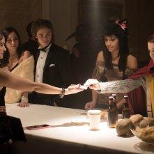 Polaroid: Kathryn Prescott, Samantha Logan, Priscilla in Quintanauna scena del film