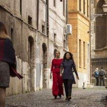Killing Eve: Jodie Comer e Sandar Oh in una scena del finale della seconda stagione