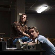 Rapina a Stoccolma: Mark Strong e Ethan Hawke in una scena del film