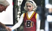 Le Terrificanti Avventure di Sabrina 3: Kiernan Shipka è una cheerleader nelle foto dal set