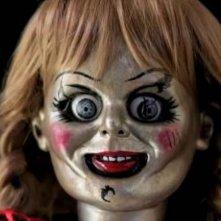 Annabelle 3: un primo piano della bambola indemoniata