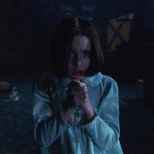 Annabelle 3: Mckenna Grace una scena del film