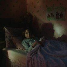 Annabelle 3: Mckenna Grace in un momento del film