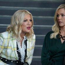 BH90210: Jeanni Garth e Tori Spelling in una scena della serie