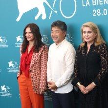 Venezia 2019: Catherine Deneuve, Kore-eda Hirokazu e Juliette Binoche al photocall di Le verità