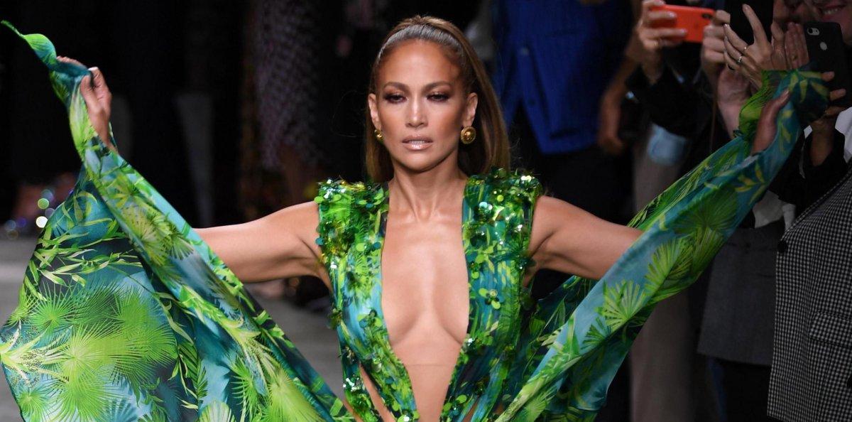 molto carino 957c3 d5a7f Jennifer Lopez per Versace a Milano: l'abito verde 19 anni ...