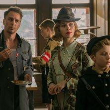 Jojo Rabbit: Sam Rockwell, Scarlett Johansson e Roman Griffin Davis in  una scena del film