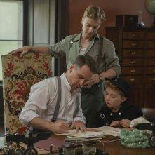 Jojo Rabbit: Sam Rockwell e Roman Griffin Davis in  una scena del film