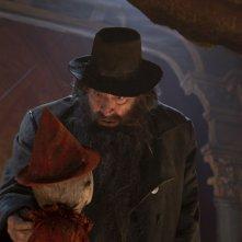 Pinocchio: Gigi Proietti e Federico Ielapi in una scena del film