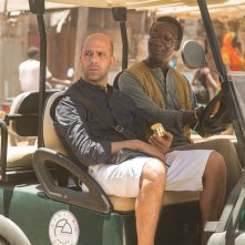 Tolo Tolo: Souleymane Silla con Checco Zalone in una scena del film