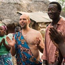 Tolo Tolo: Checco Zalone con Souleymane Silla in una scena