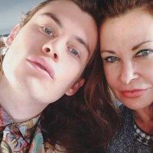 Harry Hains con sua madre Jane Badler