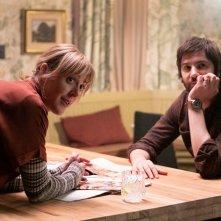 Home Before Dark: Abby Miller e Jim Sturgess in una scena del secondo episodio della serie Apple TV+