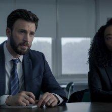 In difesa di Jacob: Chris Evans e Betty Gabriel in una scena del primo episodio