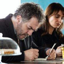 Petra: Andrea Pennacchi e Paola Cortellesi davanti a una birra nel primo episodio Riti di morte