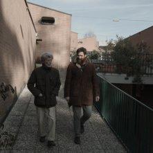 Il condominio inclinato. Bergamo, sole, casbah, pollai e terrazze fiorite: una foto del film