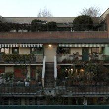 Il condominio inclinato. Bergamo, sole, casbah, pollai e terrazze fiorite: una sequenza