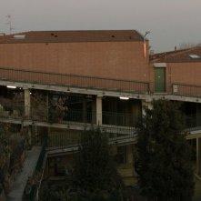 Il condominio inclinato. Bergamo, sole, casbah, pollai e terrazze fiorite: una scena del film