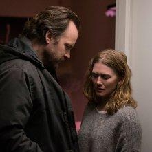 The Lie: una scena del film con Mireille Enos, Peter Sarsgaard